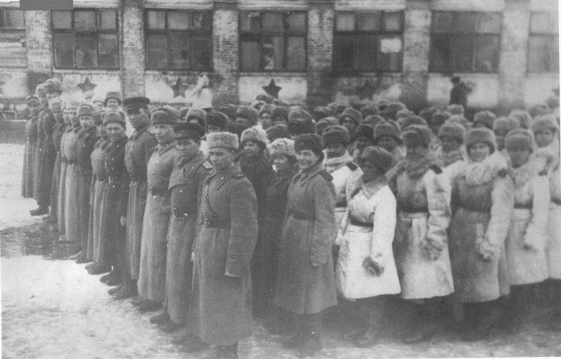 Курсанты Центральной женской школы снайперов перед отбытием на Карельский фронт. Февраль 1944 г.