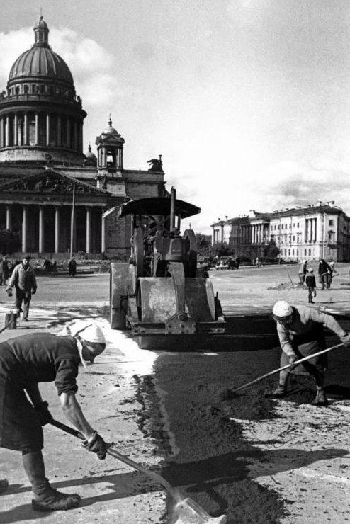 Женщины ремонтируют дорожное покрытие на площади Воровского в Ленинграде. 1944 г.