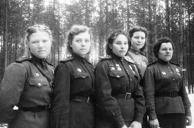 Девушки-санинструкторы 6-й гвардейской армии. Март 1944 г.