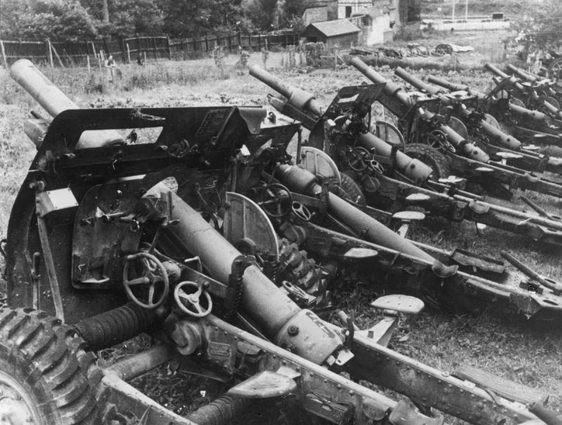 Захваченные британские 25-ти фунтовые полевые пушки-гаубицы. Июнь 1940 г.