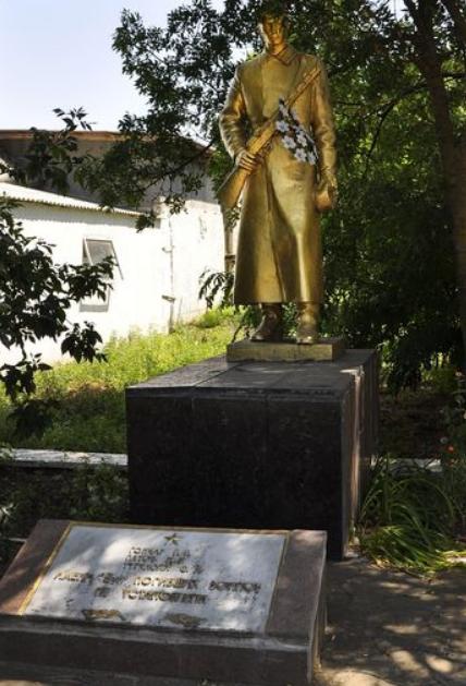 с. Ольгополь Еланецкого р-на. Памятник погибшим воинам.