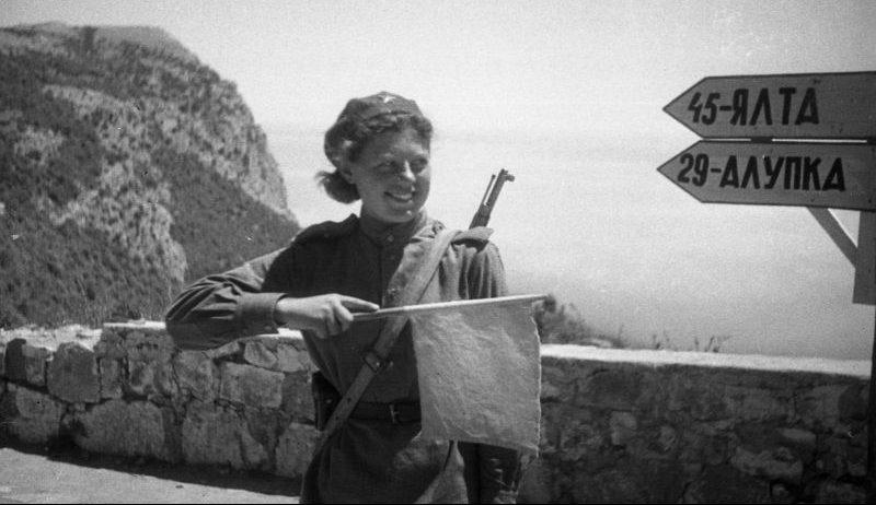 Регулировщица Приморской армии на шоссе Ялта-Севастополь. Май 1944 г.