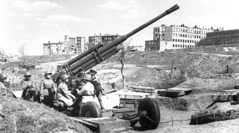 Расчет 85-мм зенитной пушки 52-К, состоящий из женщин-военнослужащих, на Казанской горе в освобожденном Смоленска. Май 1944 г.