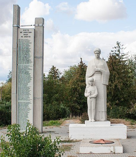 с. Ивангород Христиновского р-на. Памятник воинам-односельчанам.