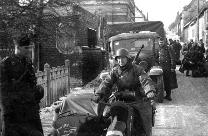 Колонны Вермахта на дорогах в Бельгии. 1940 г.