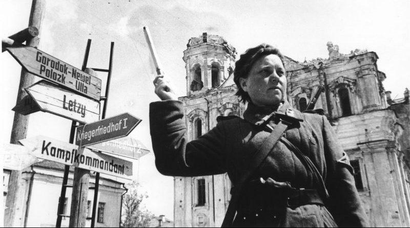 Регулировщица у Николаевского кафедрального собора на площади Свободы в освобожденном Витебске. Июнь 1944 г.