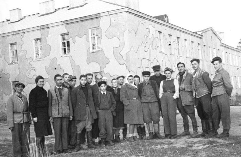 Группа выживших еврейских заключенных в концлагере Клоога. Сентябрь 1944 г.