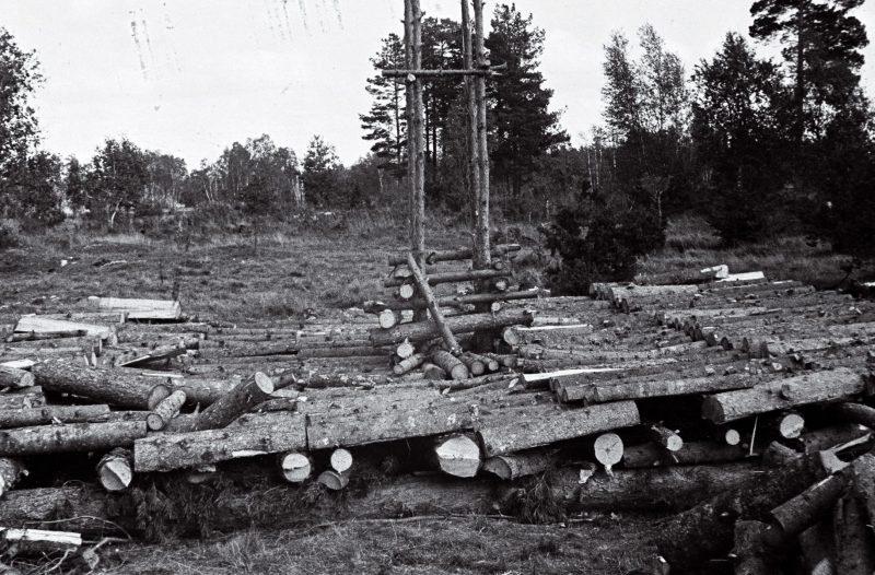 Неоконченный помост для сжигания тел, погибших узников концлагеря Клоога. Сентябрь 1944 г.