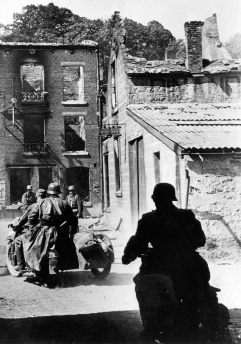 Немецкие мотоциклисты на улице городка Динан. 1940 г.