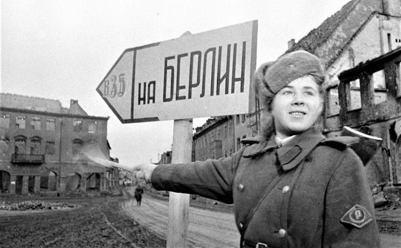 Регулировщица Татьяна Александрова. 3-й Белорусский фронт. Декабрь 1944 г.