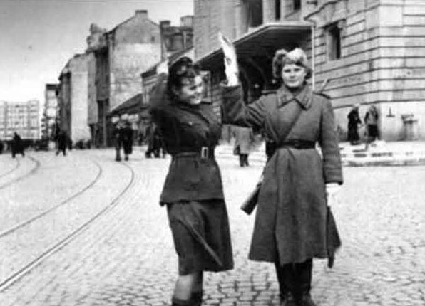 Девушки регулировщицы в Белграде. 1944 г.