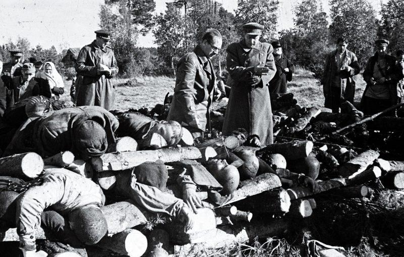 Представители прокуратуры Эстонской ССР у тел и останков, погибших узников концлагеря Клоога в 35 км от Таллина. Сентябрь 1944 г.