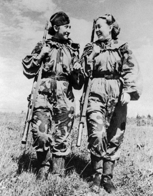 Снайперы 21-й Гвардейской стрелковой дивизии Р. Скрынникова и О. Н. Быкова. 1944 г.