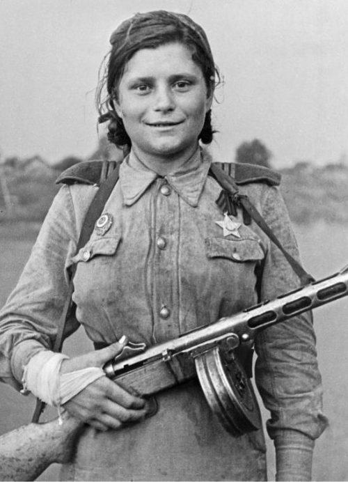 Санинструктор 4-й ударной армии 1-го Прибалтийского фронта Л. М. Мякишева. 1944 г.