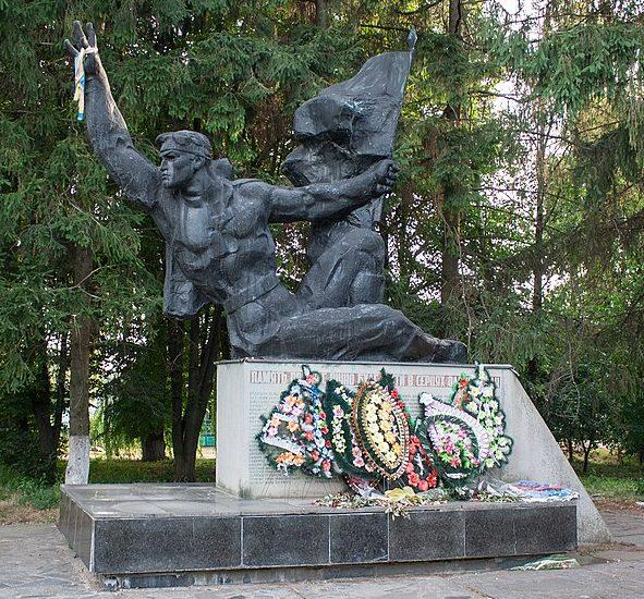 с. Розсошки Христиновского р-на. Памятник воинам-односельчанам.