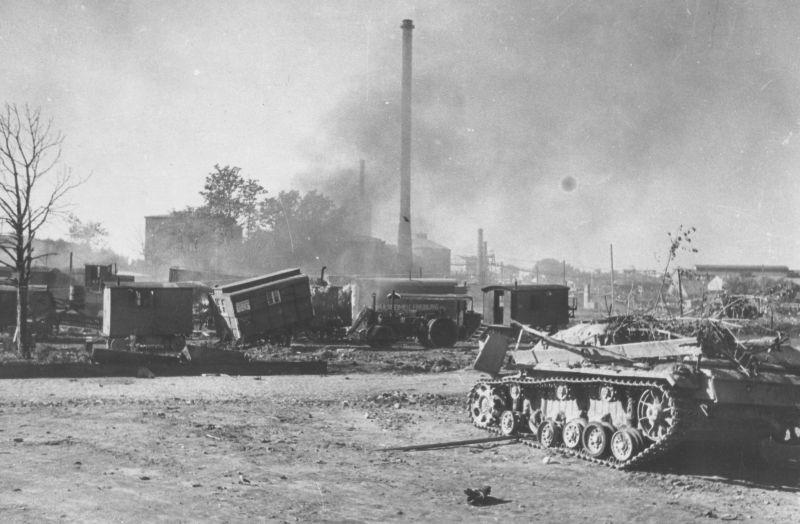 Отстойник уничтоженной бронетехники в районе торгового порта Таллина. Сентябрь 1944 г.