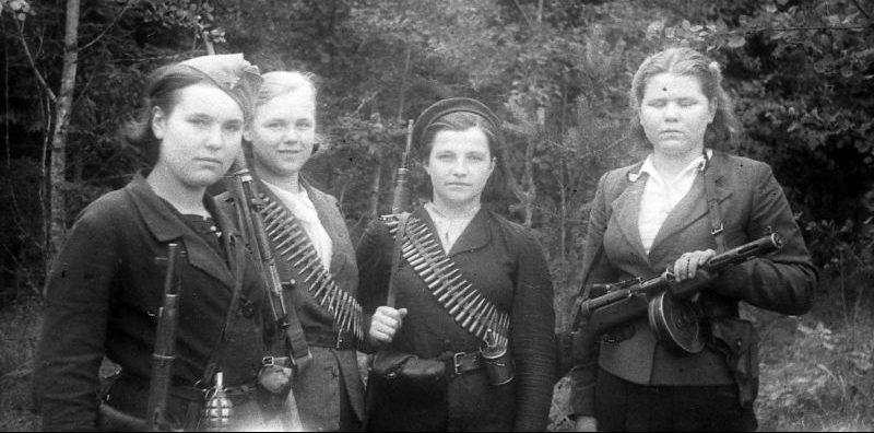 Девушки — бойцы белорусского партизанского отряда с личным оружием. 1944 г.