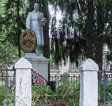 с. Сычевка Христиновского р-на. Памятник у школы, установленный на братской могиле советских воинов.