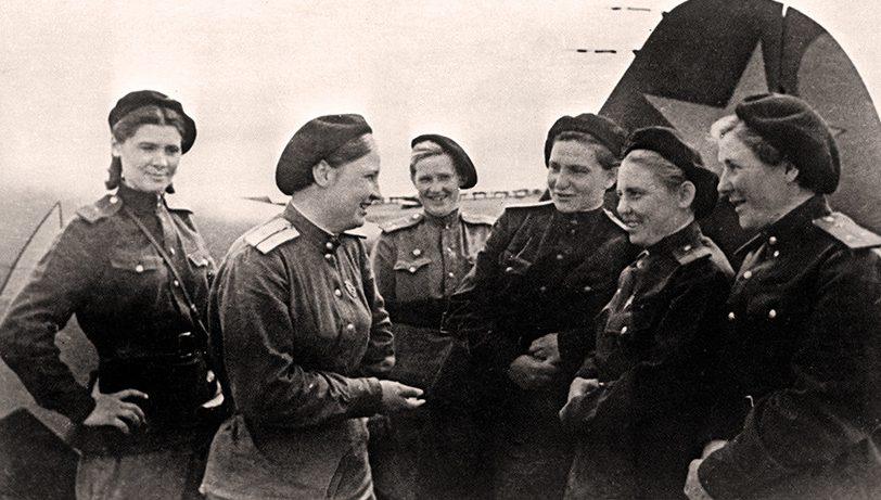 Лётчицы 586-го истребительного авиационного полка. 1944 г.