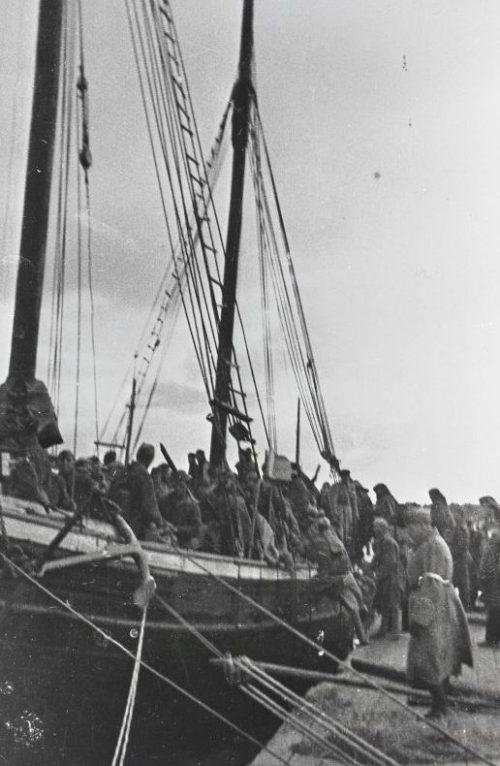 Погрузка советских солдат на парусную шхуну, задействованную в десанте на остров Муху. Сентябрь 1944 г.