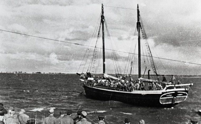 Парусная шхуна с советским десантом идет к острову Муху. Сентябрь 1944 г.