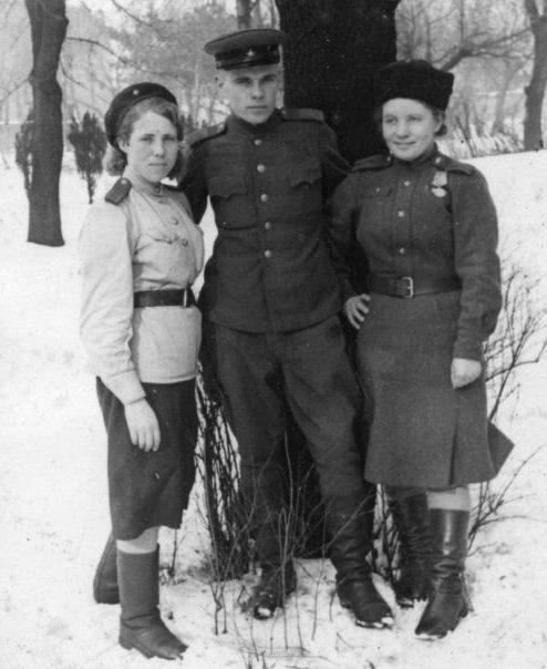 Сержант с женщинами-военнослужащими отдела контрразведки СМЕРШ 37-й армии в Софии. Февраль 1945 г.