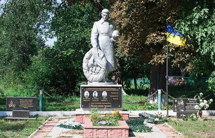 с. Угловатка Христиновского р-на. Памятник, установленный на братской могиле советских воинов.