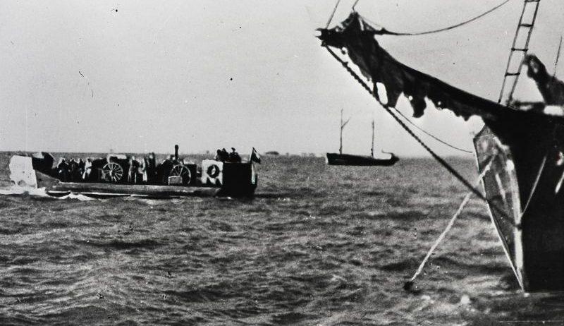 Советские корабли перебрасывают войска на остров Муху. Сентябрь 1944 г.