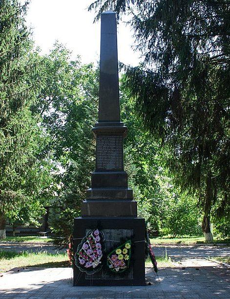 с. Угловатка Христиновского р-на. Памятник воинам-односельчанам.