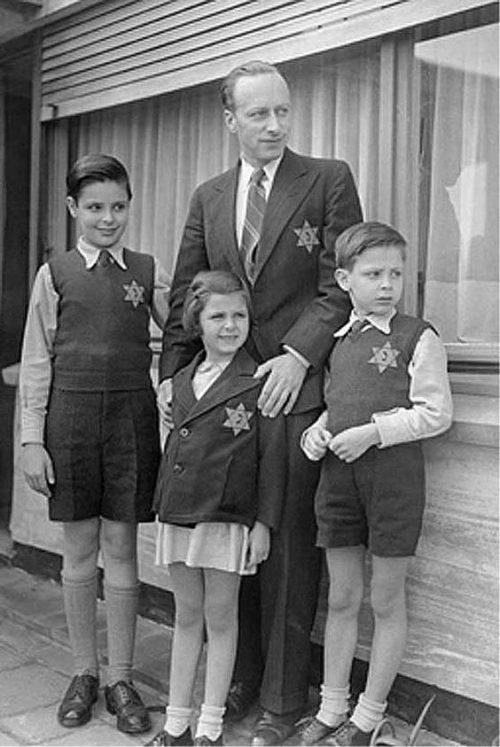 Бельгийцы с нашитыми желтыми звездами. 1942 г.