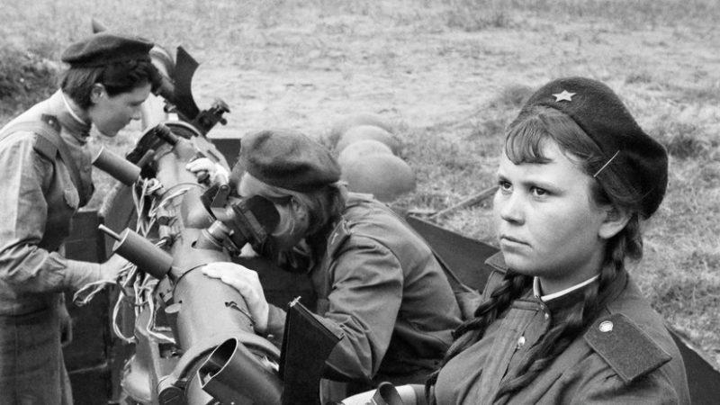 Зенитчицы у переправы через Одер. Апрель 1945 г.