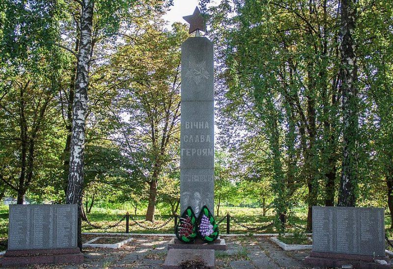 с. Христиновка. Памятник, установленный на братской могиле советских воинов.