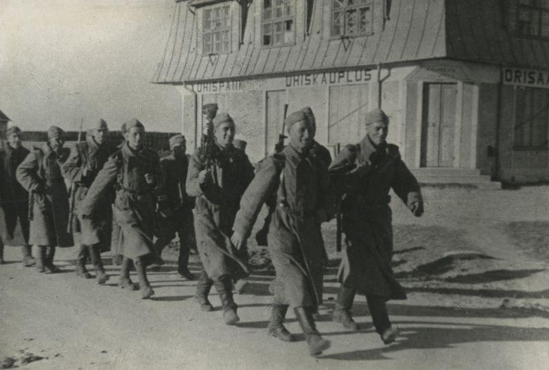 Красноармейцы на улице освобожденного города Ориссааре на острове Сааремаа (Эзель). Октябрь 1944 г.