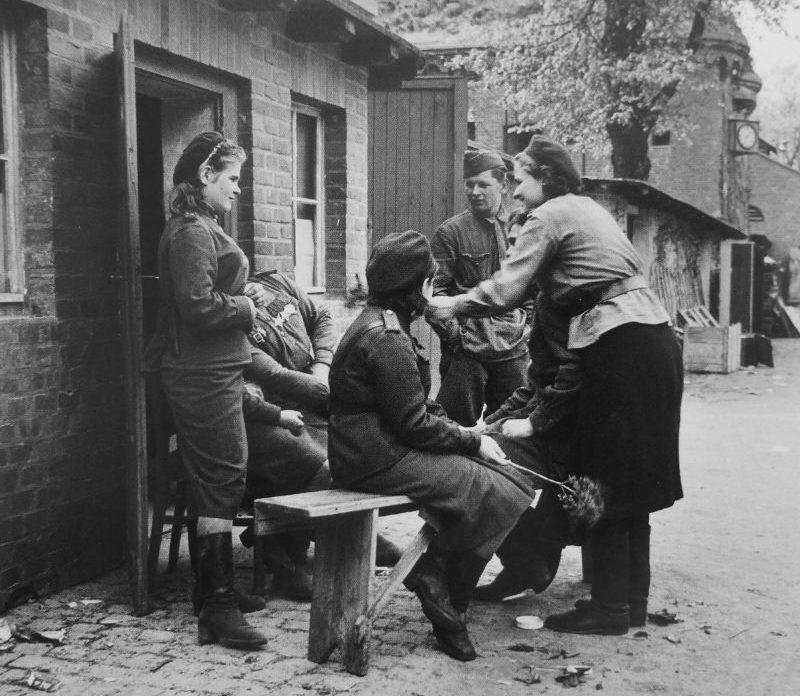 Советские военнослужащие во время отдыха на улице Торгау. Апрель 1945 г.