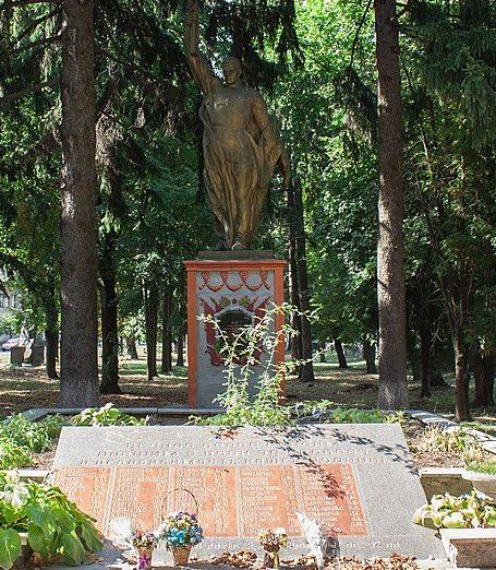 г. Христиновка. Памятник, установленный на братской могиле воинов, погибших при освобождении города.