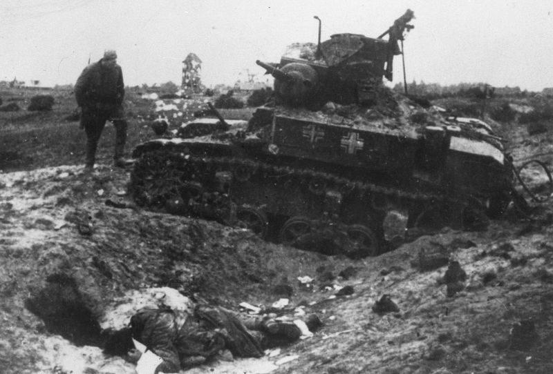 Трофейный английский танк М3 «Стюарт», подбитый в бою под Техумарди на острове Сааремаа (Эзель). Октябрь 1944 г.