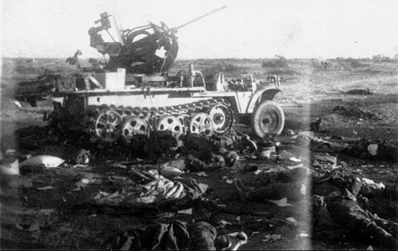 Тела убитых солдат и подбитая зенитно-самохдная установка под Техумарди, на острове Сааремаа (Эзель). Октябрь 1944 г.
