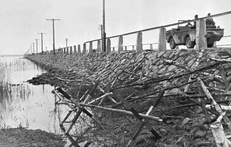 Советский автомобиль-амфибия Ford GPA «Seep» на дамбе Муху-Сааремаа (Эзель). Октябрь 1944 г.