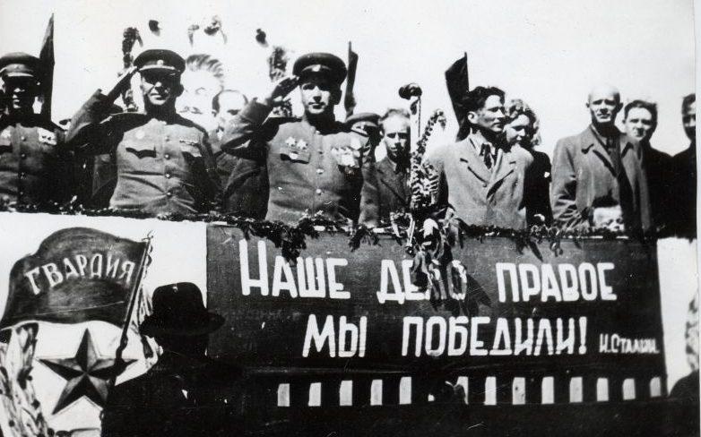 Советские офицеры на митинге в честь Победы в городе Элва. Май 1945 г.