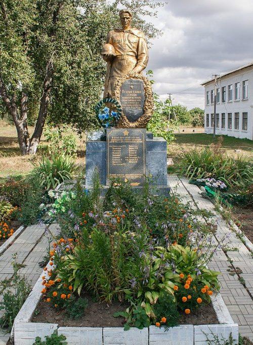 с. Шукайвода Христиновского р-на. Памятник у школы, установленный на братской могиле советских воинов.