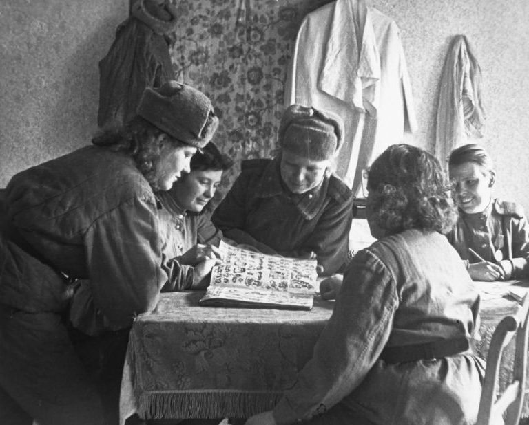 Девушки в свободное время от службы. 1945 г.