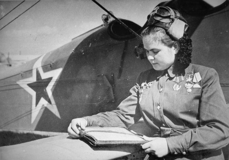 Герой Советского Союза штурман 46-го гвардейского ночного бомбардировочного авиаполка Екатерина Рябова у самолета По-2. 1945 г.
