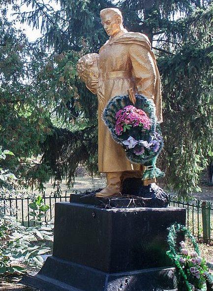 с. Ягубец Христиновского р-на. Памятник у школы, установленный на братской могиле советских воинов.