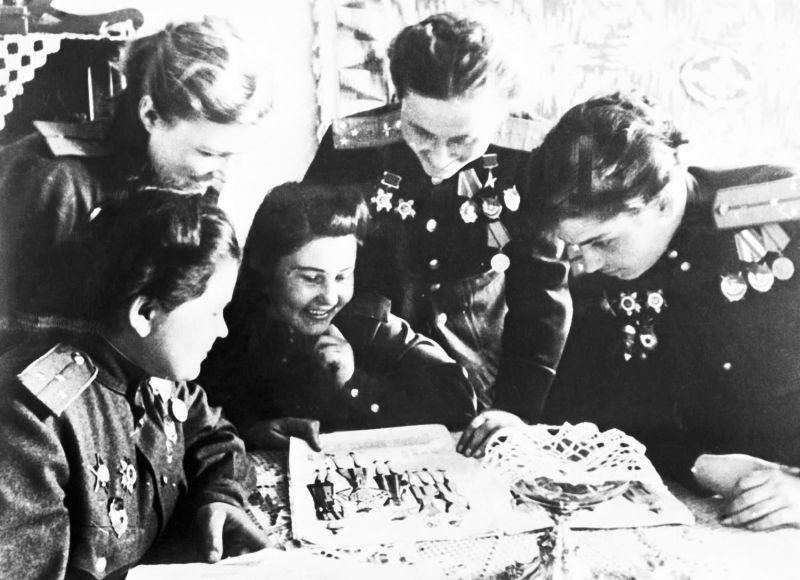 Летчицы полка ночных бомбардировщиков в минуты отдыха. 1945 г.