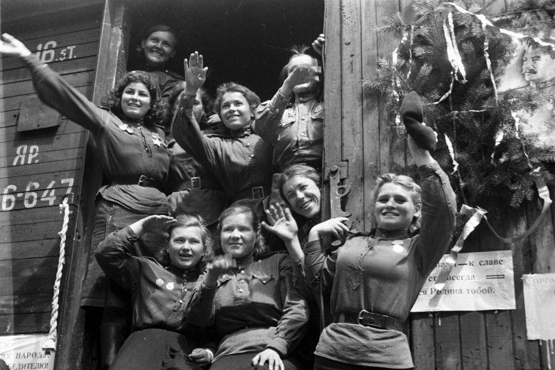 Демобилизованные советские девушки-военнослужащие, отправляющиеся из Германии на Родину. Август 1945 г.