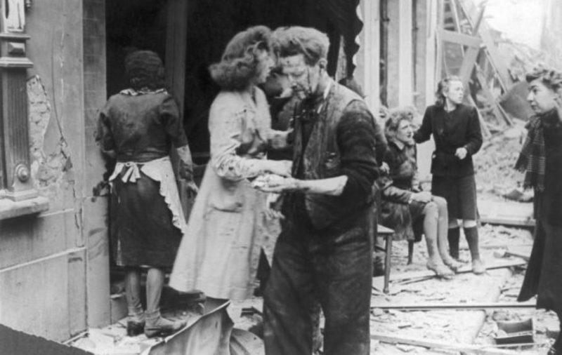 Жертвы атаки немецких ракет ФАУ-2 в Антверпене. Декабрь 1944 г.