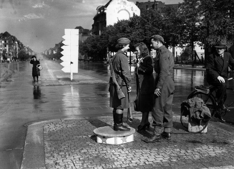 Советская регулировщица и военнослужащий Британской армии на улице Берлина. 1945 г.