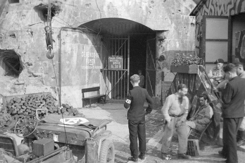 Американские войска у форта Эбен-Эмаэль. 1944 г.