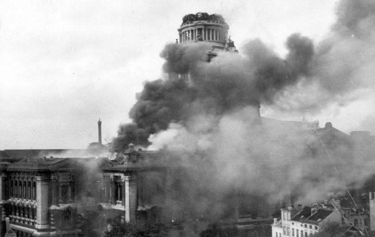 Горящий дворец правосудия в Брюсселе, подожженный отступающими немцами. Сентябрь 1944 г.