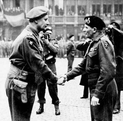 Британский фельдмаршал Монтгомери приветствует майора Жана Пирона во время официальной церемонии в Брюсселе. Сентябрь 1944 г.